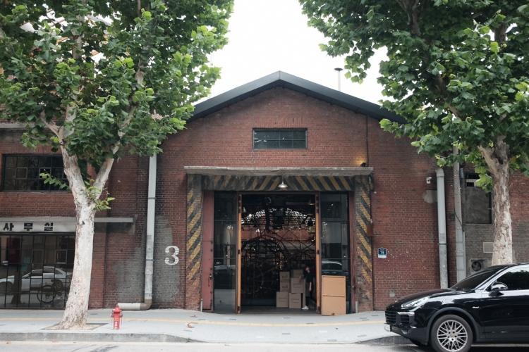 首爾大林倉庫門口